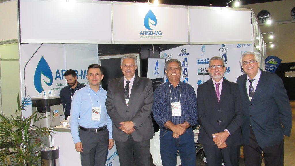 Presidente da ARISB-MG e prefeito de Carmópolis de Minas, Geraldo Antônio da Silva, ao centro, recebeu dirigentes de prestadores, agências reguladoras e associações no estande da ARISB-MG